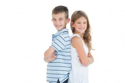 Fratello e sorella in posa
