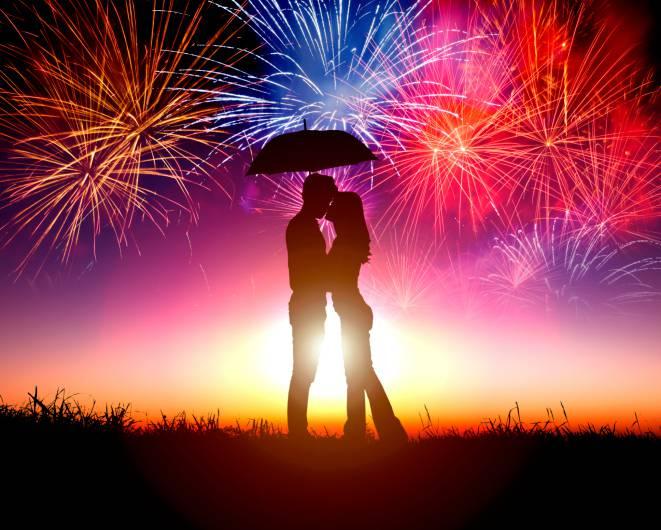 coppia che si bacia sotto l'ombrello