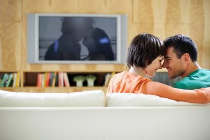 Coppia intima di fronte alla tv
