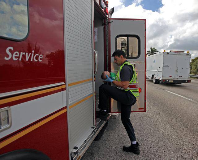 vigili del fuoco prestano soccorso