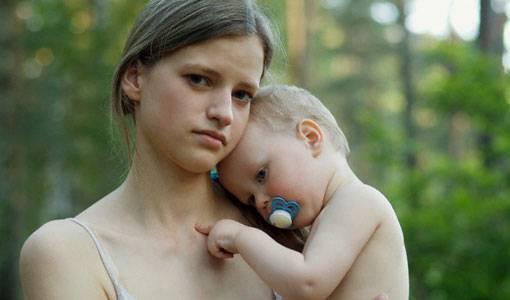 giovane mamma adolescente con in braccio bambino