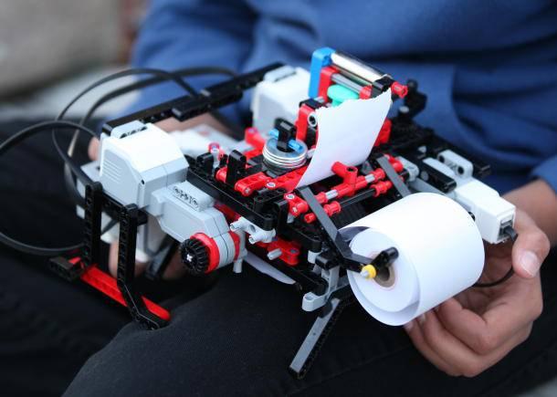 Un ragazzino di 12 anni costruisce una stampante con i LEGO