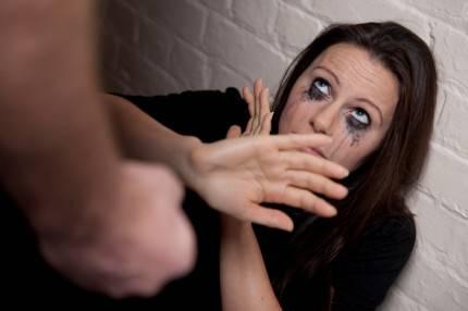 Una ragazza piange mentre qualcuno sta cercando di colpirla