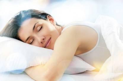 donna che dorme con espressione serena, abbracciata ad un cuscino