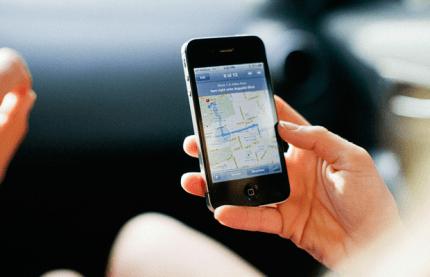 Un cellulare con il navigatore in funzione