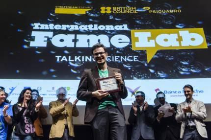 Il vincitore della scorsa edizione del FameLab ritira il premio