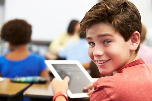 Un bambino usa il tablet in classe