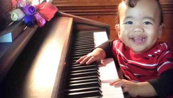 bimbo pianoforte