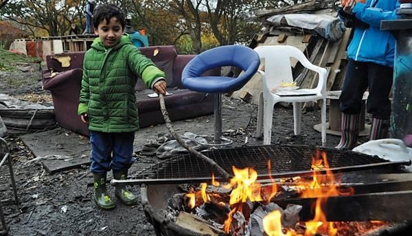 Un bambino gioca col fuoco