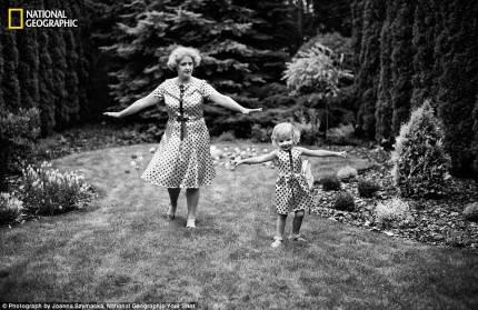 nonna e nipote provano passi di danza su di un prato vestite con uguale abito