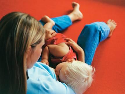 Madre allatta al seno bambino più grande