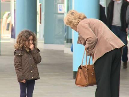 donna anziana e bimba piccol