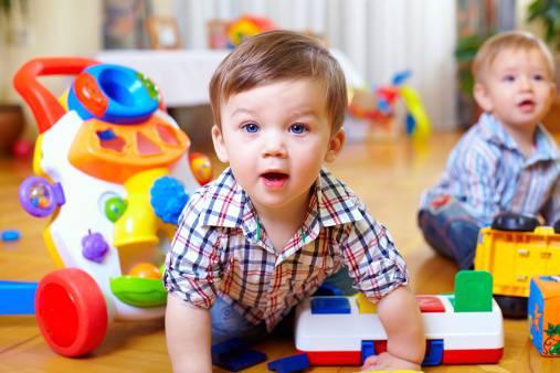 bambino mentre gioca