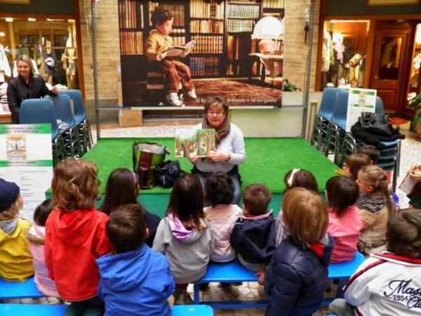 Alcuni bambini ascoltano una storia