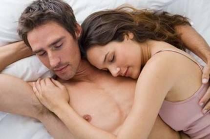 uomo e donna abbracciati