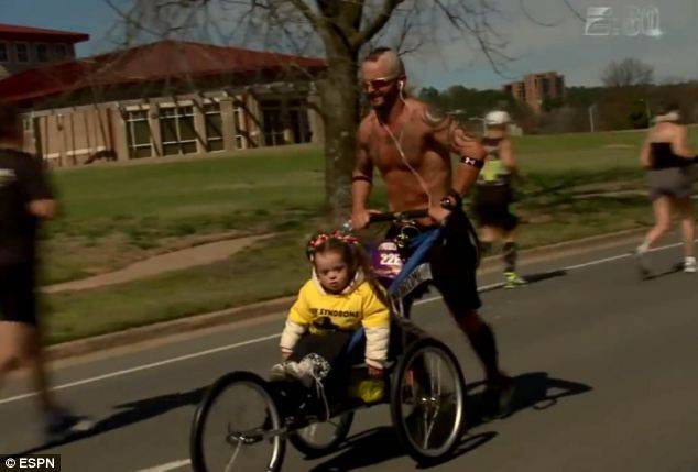 padre spinge figlia correndo