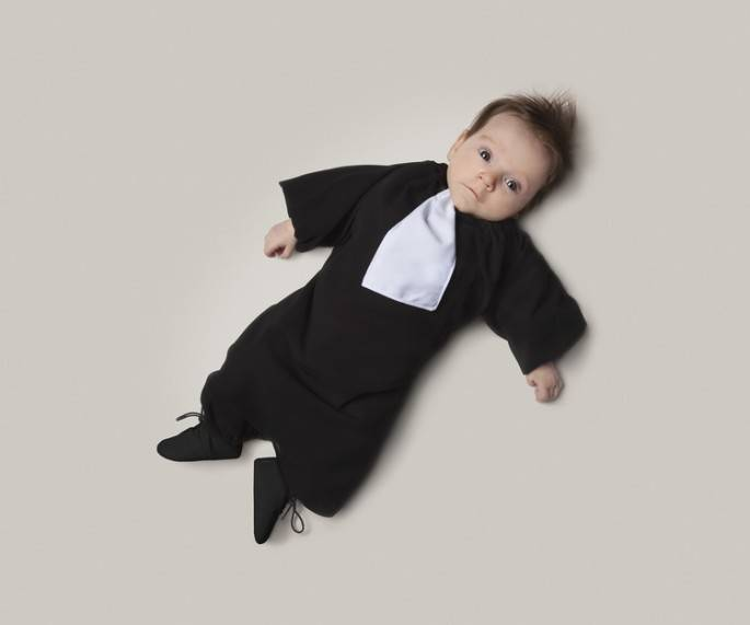 bimbo vestito da avvocato