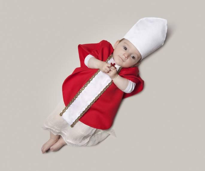 bimbo vestito da cardinale
