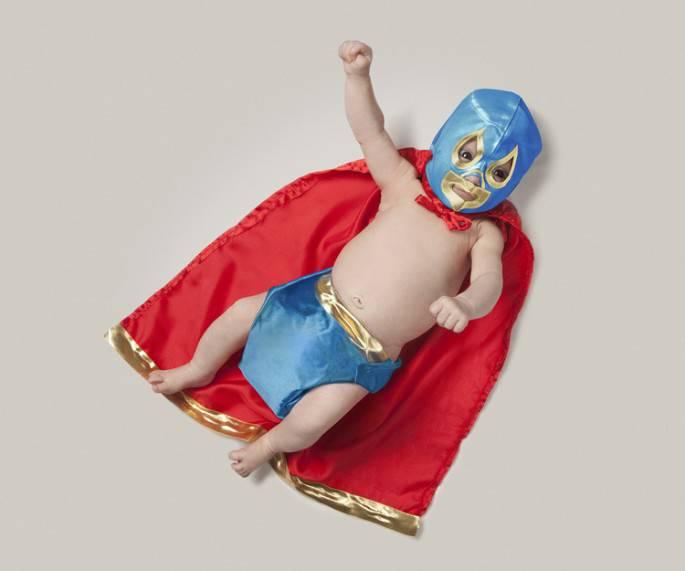 bimbo vestito da supereroe