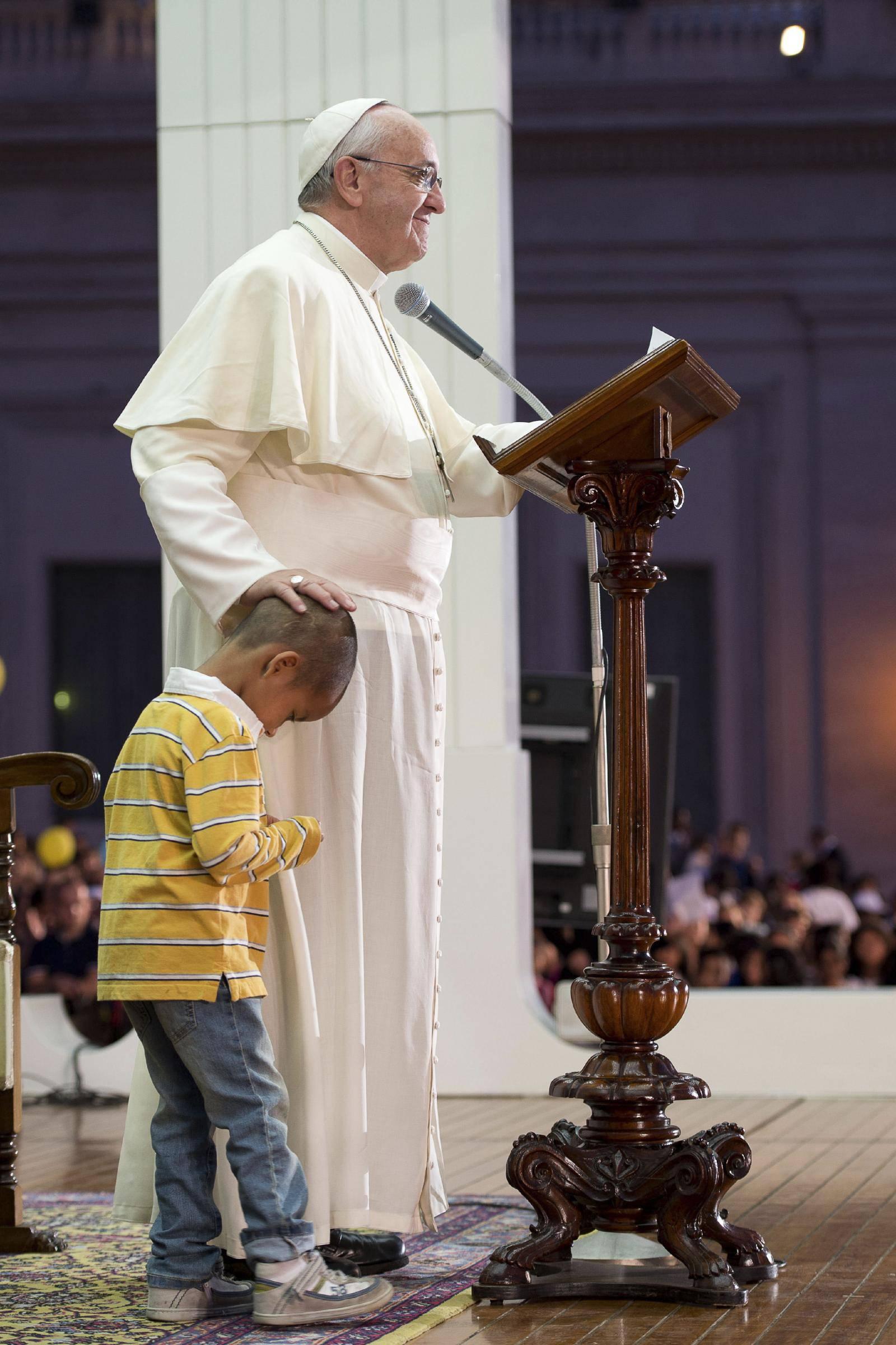 Papa Francesco alle prese con un bambino molto affettuoso