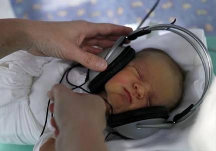 neonato con cuffie sulle orecchie
