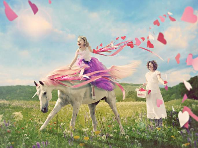 bimba cavalca su cavallo bianco