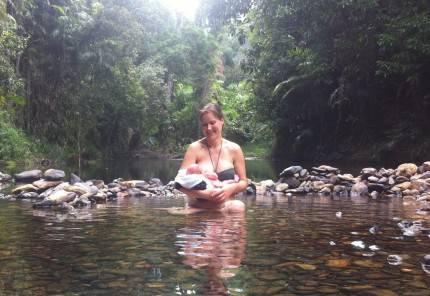 mamma con neonato nella foresta