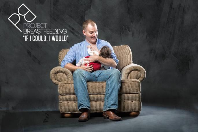 uomo su divano allatta