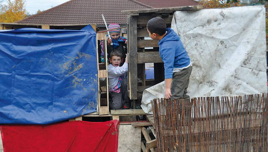 bambini giocano al the land