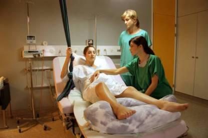 Una donna in travaglio viene aiutata dalle ostetriche