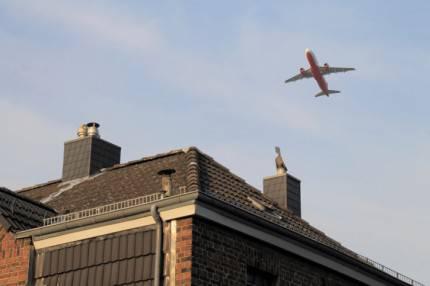 aereo che vola vicino agli edifici