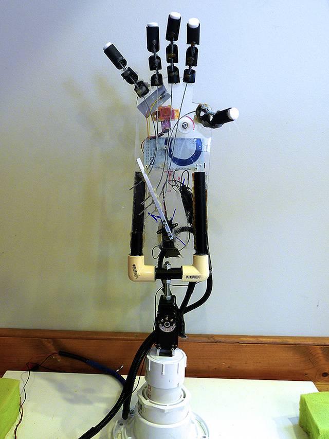 La mano robotica di shiva nathan