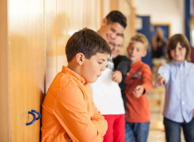 Bambino viene deriso dai compagni di scuola
