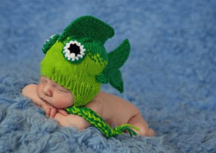bimbo con in testa cappello pesce