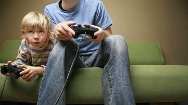 due ragazzi giocano