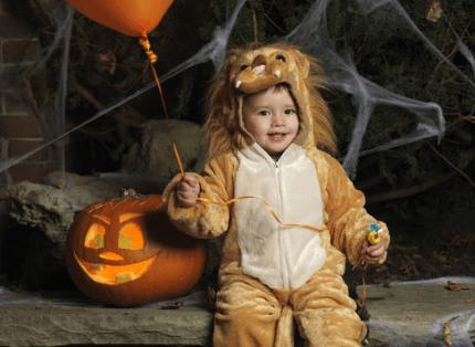 bimbo vestito da leone