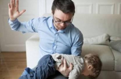 padre sculaccia figlio