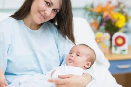 mamma felice con il suo bambino appena nato