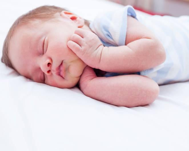 neonato dorme sul fianco