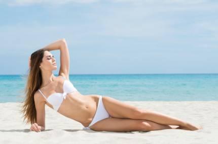 donna rilassata in spiaggia