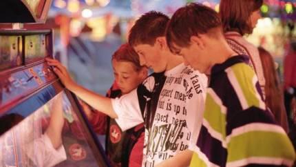 bambini giocano slot machine