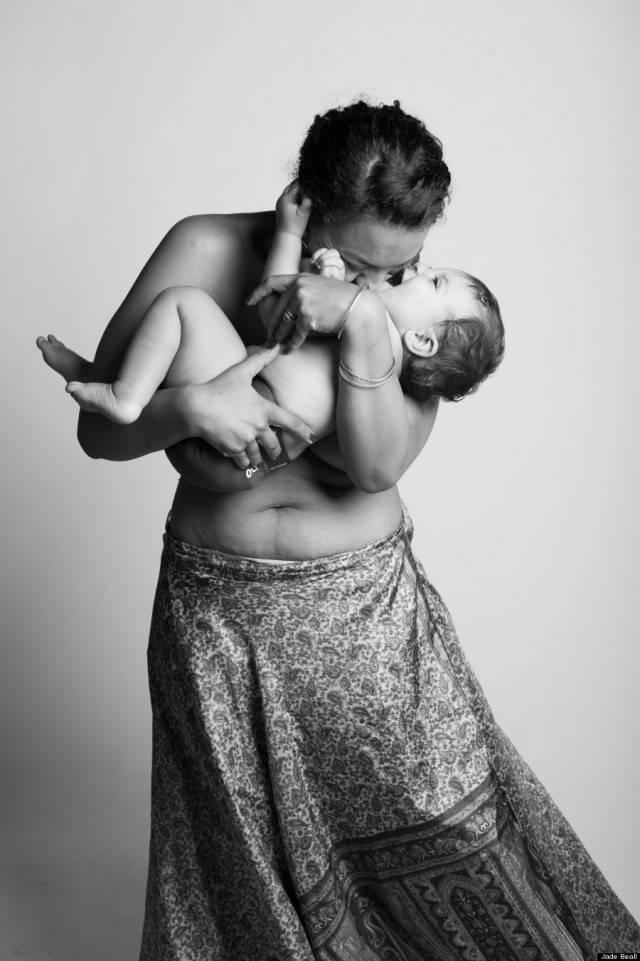 donna bacia figlio
