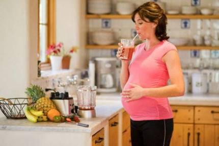 donna incinta beve