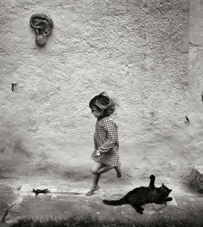 bambina corre