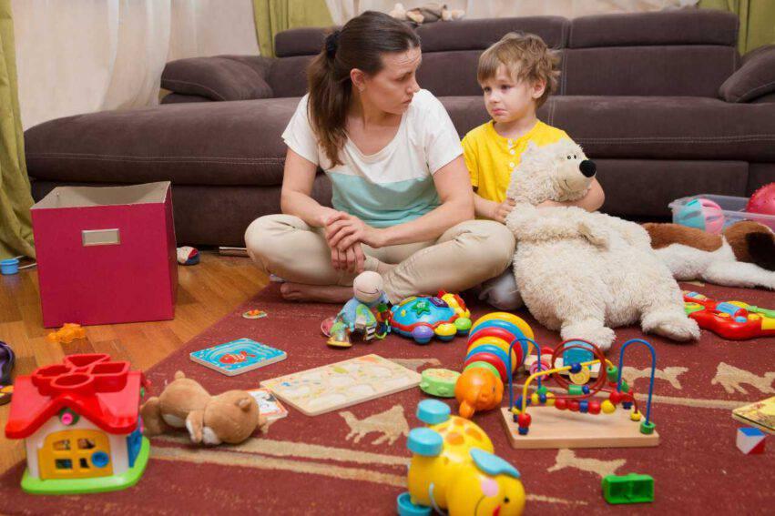 mamma figlio troppi giocattoli