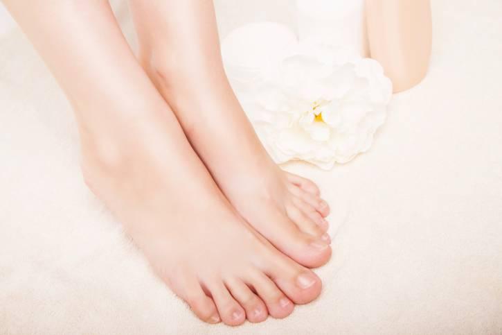 piedi con unghie sane