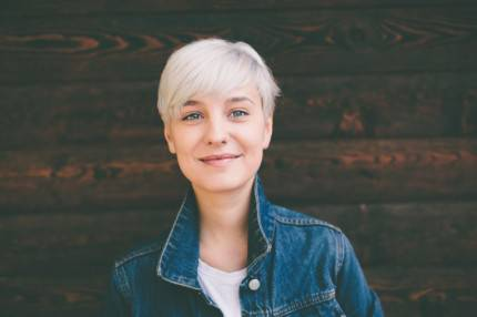 giovane ragazza con capelli bianchi