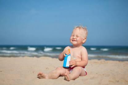 Fotoprotezione Adorable girl at beach applying sunblock cream Protezione solare