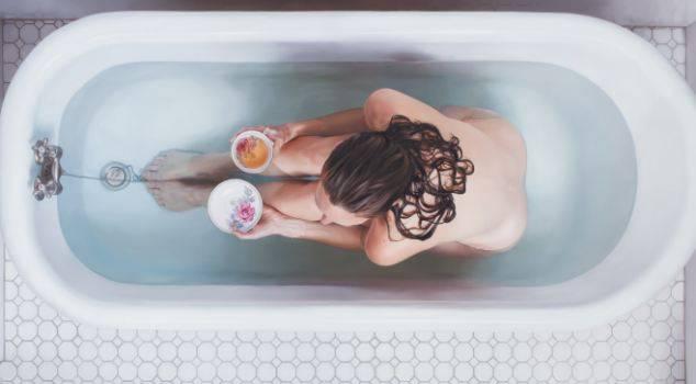 donna mangia nella vasca da bagno