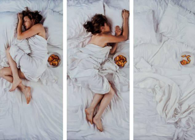 donna mangia avvolta nel lenzuolo